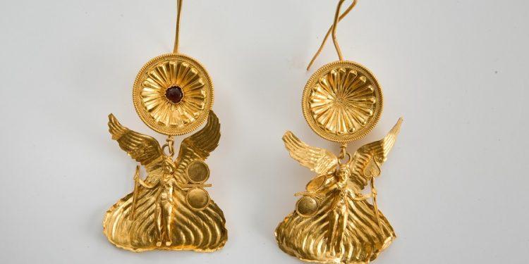Ζεύγος ενωτίων με τη μορφή της φτερωτής Νίκης (323-290 π.Χ.)